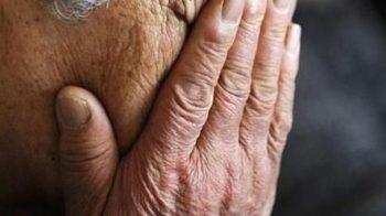 anziano esce