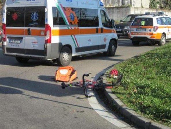 Pirata della strada investe una donna in bicicletta