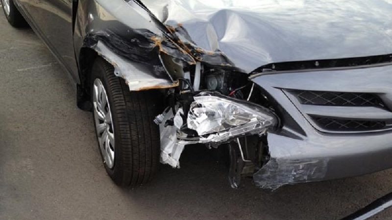 danneggia un'auto