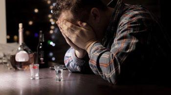 Ubriaco fradicio molesta clienti del bar