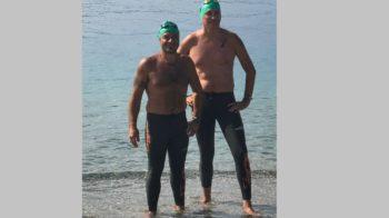 nuotatori attraversano