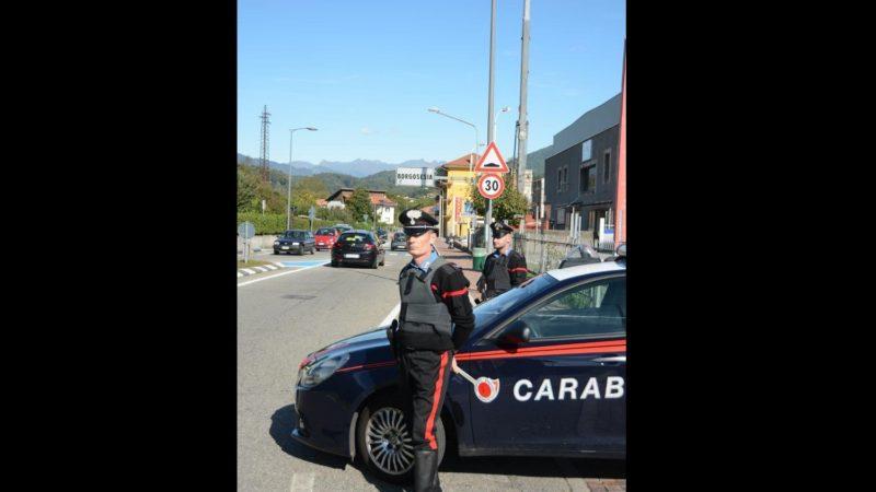 aggrediscono i carabinieri