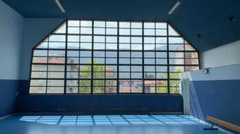 Borgosesia sostituisce le vetrate delle palestre al centro Pro loco