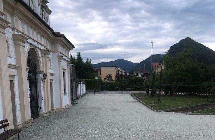 Quarona sistema l'area esterna al cimitero