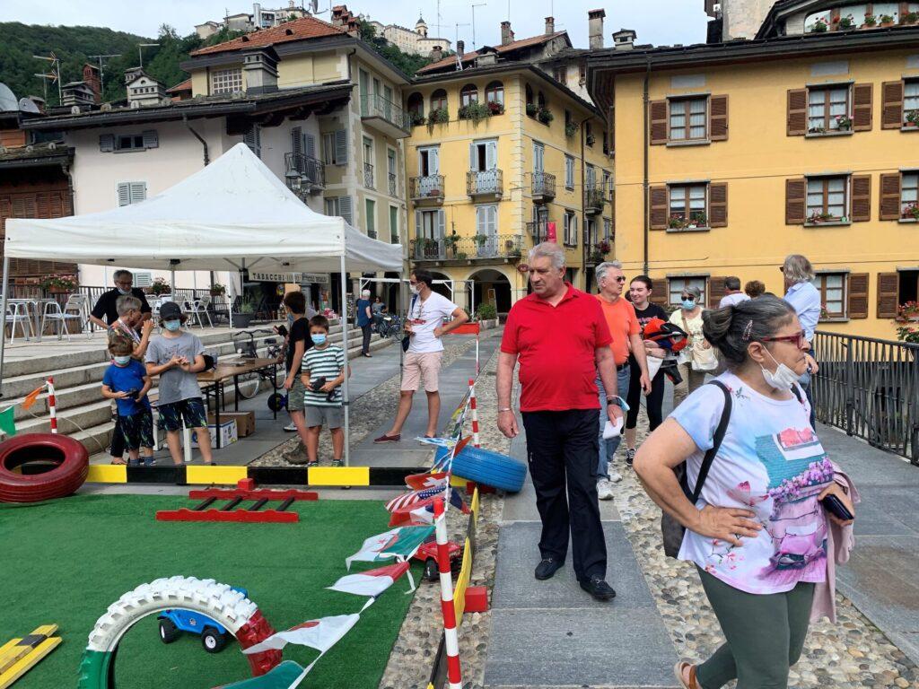 Più di mille veicoli a Varallo tra auto e moto: boom al raduno. Le foto
