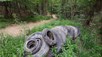 Discarica di pneumatici lungo un sentiero di Lozzolo