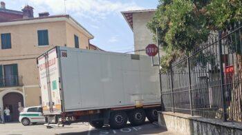 Ghemme camion resta bloccato tra le vie del centro storico