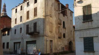 Ghemme pericolo per caduta tegole: transennato edificio in via Novara