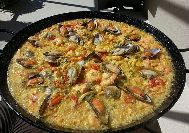 Quarona cucina la Paella e ricorda Raffaella Carrà