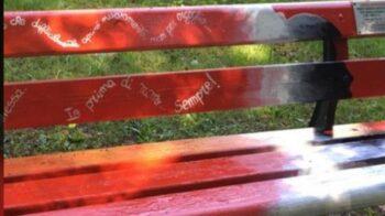 Portula panchina rossa vandalizzata ancora prima dell'inaugurazione: oggi l'evento